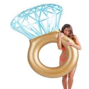 Flotador gigante para piscina con forma de anillo