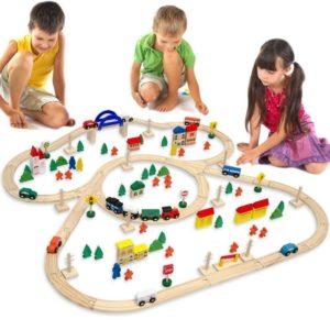 Tren de madera más pueblo